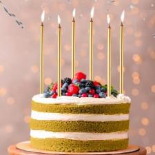 Gâteau d'anniversaire avec grandes bougies dorées